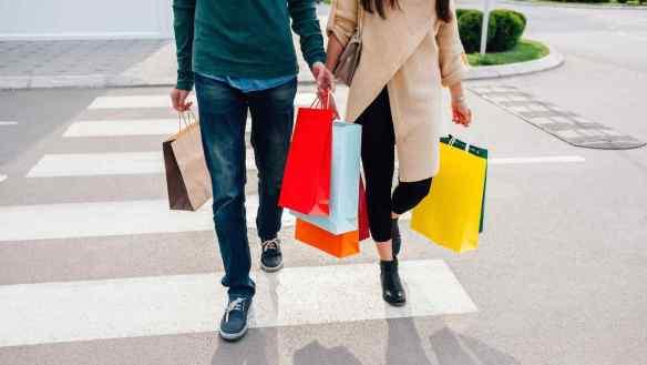 hombre-y-mujer-con-bolsas-de-compras
